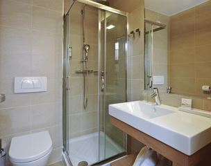 Double room, bath, toilet, lake view