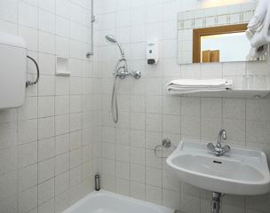 Single room, shower or bath, toilet, no smoker